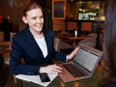laporan bajak bulanan perusahaan - business woman